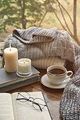 실내, 창문, 카페, 계절, 가을, 겨울, 뜨거움, 니트천, 스웨터, 전구 (전등빛), 테이블, 커피 (뜨거운음료), 커피잔, 책, 아메리카노, 초 (조명기구), 촛불 (빛효과), 안경