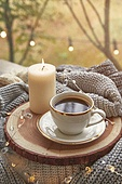 실내, 창문, 카페, 계절, 가을, 겨울, 뜨거움, 니트천, 스웨터, 전구 (전등빛), 테이블, 커피 (뜨거운음료), 커피잔, 책, 아메리카노, 초 (조명기구), 촛불 (빛효과), 나무, 쟁반 (주방용품)
