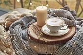 실내, 창문, 카페, 계절, 가을, 겨울, 뜨거움, 니트천, 스웨터, 전구 (전등빛), 테이블, 커피 (뜨거운음료), 커피잔, 책, 초 (조명기구), 촛불 (빛효과), 나무, 쟁반 (주방용품), 카푸치노