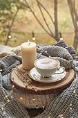 실내, 창문, 카페, 계절, 가을, 겨울, 뜨거움, 니트천, 스웨터, 전구 (전등빛), 테이블, 커피 (뜨거운음료), 커피잔, 책, 초 (조명기구), 촛불 (빛효과), 카푸치노