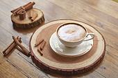 실내, 창문, 카페, 계절, 가을, 겨울, 뜨거움, 니트천, 스웨터, 전구 (전등빛), 테이블, 커피 (뜨거운음료), 커피잔, 책, 나무, 쟁반 (주방용품), 카푸치노, 계피