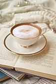 실내, 창문, 카페, 계절, 겨울, 뜨거움, 니트천, 스웨터, 전구 (전등빛), 테이블, 커피 (뜨거운음료), 커피잔, 책, 카푸치노, 거품아트 (카푸치노), 가을