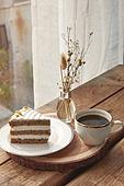 실내, 창문, 카페, 계절, 겨울, 뜨거움, 테이블, 커피 (뜨거운음료), 커피잔, 가을, 아메리카노, 드라이플라워, 디퓨저, 케이크, 케이크조각 (케이크), 커튼 (데코르)