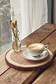실내, 창문, 카페, 계절, 겨울, 뜨거움, 테이블, 커피 (뜨거운음료), 커피잔, 라떼, 거품아트 (카푸치노), 가을, 드라이플라워, 디퓨저, 커튼 (데코르)