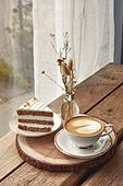 실내, 창문, 카페, 계절, 겨울, 뜨거움, 테이블, 커피 (뜨거운음료), 커피잔, 라떼, 거품아트 (카푸치노), 가을, 드라이플라워, 디퓨저, 커튼 (데코르), 케이크, 케이크조각 (케이크)