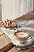실내, 창문, 카페, 계절, 겨울, 뜨거움, 테이블, 커피 (뜨거운음료), 커피잔, 라떼, 거품아트 (카푸치노), 가을, 디저트, 와플, 시나몬와플, 접시, 커튼 (데코르), 식탁보