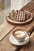 실내, 창문, 카페, 계절, 겨울, 뜨거움, 테이블, 커피 (뜨거운음료), 커피잔, 라떼, 거품아트 (카푸치노), 가을, 디저트, 와플, 시나몬와플, 접시, 커튼 (데코르)