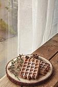 실내, 창문, 카페, 계절, 겨울, 뜨거움, 테이블, 가을, 디저트, 와플, 시나몬와플, 접시, 커튼 (데코르)