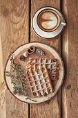 창문, 카페, 계절, 겨울, 뜨거움, 테이블, 커피 (뜨거운음료), 커피잔, 라떼, 거품아트, 접시, 커튼 (데코르), 탑앵글, 디저트, 와플, 시나몬와플