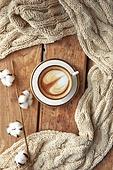 창문, 카페, 계절, 겨울, 뜨거움, 테이블, 커피 (뜨거운음료), 커피잔, 라떼, 거품아트, 접시, 탑앵글, 디저트, 니트천, 스웨터, 목화, 목화솜