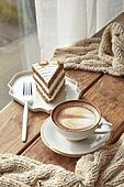 창문, 카페, 계절, 겨울, 뜨거움, 테이블, 커피 (뜨거운음료), 커피잔, 라떼, 거품아트, 접시, 커튼 (데코르), 탑앵글, 디저트, 니트천, 스웨터, 케이크, 케이크조각 (케이크), 포크