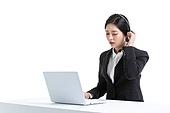 한국인, 비즈니스, 영업사원 (판매업), 서비스 (컨셉), 고객서비스상담원 (전화업무), 고객서비스상담원, 통화중 (움직이는활동), 전화업무, 콜센터 (사무실), 전화기 (원거리통신장비), 커뮤니케이션, 헤드셋 (전화기), 통신업무 (직업), 피로 (물체묘사), 짜증, 스트레스 (컨셉), 불쾌함 (어두운표정), 고역 (컨셉)