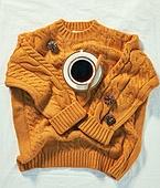 오브젝트 (묘사), 실내, 스튜디오촬영, 계절, 가을, 겨울, 크리스마스 (국경일), 니트천 (천), 스웨터 (상의), 뜨거움 (컨셉), 따뜻한옷 (옷), 커피 (뜨거운음료), 아메리카노, 커피잔, 뜨거운음료 (무알콜음료), 솔방울