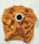 오브젝트 (묘사), 실내, 스튜디오촬영, 계절, 가을, 겨울, 크리스마스 (국경일), 니트천 (천), 스웨터 (상의), 뜨거움 (컨셉), 따뜻한옷 (옷), 커피 (뜨거운음료), 아메리카노, 커피잔, 뜨거운음료 (무알콜음료), 낙엽, 단풍잎, 솔방울