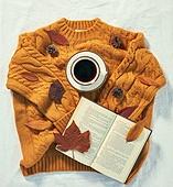 오브젝트 (묘사), 실내, 스튜디오촬영, 계절, 가을, 겨울, 크리스마스 (국경일), 니트천 (천), 스웨터 (상의), 뜨거움 (컨셉), 따뜻한옷 (옷), 커피 (뜨거운음료), 아메리카노, 커피잔, 뜨거운음료 (무알콜음료), 낙엽, 단풍잎