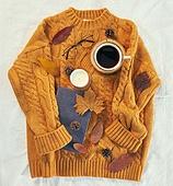 오브젝트 (묘사), 실내, 스튜디오촬영, 계절, 가을, 겨울, 크리스마스 (국경일), 니트천 (천), 스웨터 (상의), 목도리, 뜨거움 (컨셉), 따뜻한옷 (옷), 낙엽, 단풍잎, 초 (조명기구)