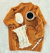 오브젝트 (묘사), 실내, 스튜디오촬영, 계절, 가을, 겨울, 크리스마스 (국경일), 니트천 (천), 스웨터 (상의), 목도리, 털실, 실뜨기, 실 (봉제도구), 뜨거움 (컨셉), 따뜻한옷 (옷), 커피 (뜨거운음료), 아메리카노, 커피잔, 뜨거운음료 (무알콜음료), 시계, 손목시계, 안경