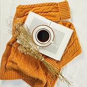 오브젝트 (묘사), 실내, 스튜디오촬영, 계절, 가을, 겨울, 크리스마스 (국경일), 니트천 (천), 스웨터 (상의), 뜨거움 (컨셉), 따뜻한옷 (옷), 커피 (뜨거운음료), 아메리카노, 커피잔, 뜨거운음료 (무알콜음료), 드라이플라워, 책, 안개꽃