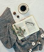 오브젝트 (묘사), 실내, 스튜디오촬영, 계절, 가을, 겨울, 크리스마스 (국경일), 니트천 (천), 스웨터 (상의), 목도리, 뜨거움 (컨셉), 따뜻한옷 (옷), 커피 (뜨거운음료), 아메리카노, 커피잔, 뜨거운음료 (무알콜음료), 안경, 목화솜, 목화, 솔방울
