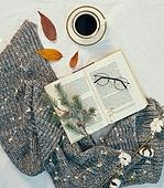 오브젝트 (묘사), 실내, 스튜디오촬영, 계절, 가을, 겨울, 크리스마스 (국경일), 니트천 (천), 스웨터 (상의), 목도리, 뜨거움 (컨셉), 따뜻한옷 (옷), 커피 (뜨거운음료), 아메리카노, 커피잔, 뜨거운음료 (무알콜음료), 안경, 목화솜, 목화, 낙엽, 식물, 전구 (전등빛)