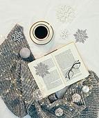 오브젝트 (묘사), 실내, 스튜디오촬영, 계절, 가을, 겨울, 크리스마스 (국경일), 니트천 (천), 스웨터 (상의), 목도리, 책, 탑앵글, 뜨거움 (컨셉), 따뜻한옷 (옷), 커피 (뜨거운음료), 아메리카노, 커피잔, 뜨거운음료 (무알콜음료), 안경, 목화솜, 목화, 크리스마스오너먼트, 눈송이 (눈), 전구 (전등빛)