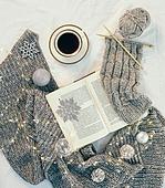 오브젝트 (묘사), 실내, 스튜디오촬영, 계절, 가을, 겨울, 크리스마스 (국경일), 니트천 (천), 스웨터 (상의), 목도리, 털실, 실뜨기, 실 (봉제도구), 책, 뜨거움 (컨셉), 따뜻한옷 (옷), 커피 (뜨거운음료), 아메리카노, 커피잔, 뜨거운음료 (무알콜음료), 안경, 목화솜, 목화, 크리스마스오너먼트, 눈송이 (눈)
