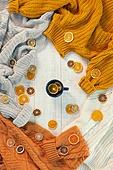 오브젝트 (묘사), 실내, 스튜디오촬영, 계절, 가을, 겨울, 크리스마스 (국경일), 니트천 (천), 스웨터 (상의), 뜨거움 (컨셉), 따뜻한옷 (옷), 말린과일, 레몬, 감귤류 (과일), 오렌지, 차 (뜨거운음료), 레몬차