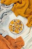 오브젝트 (묘사), 실내, 스튜디오촬영, 계절, 가을, 겨울, 크리스마스 (국경일), 니트천 (천), 스웨터 (상의), 뜨거움 (컨셉), 따뜻한옷 (옷), 말린과일, 레몬, 감귤류 (과일), 오렌지