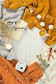 오브젝트 (묘사), 실내, 스튜디오촬영, 계절, 가을, 겨울, 크리스마스 (국경일), 니트천 (천), 스웨터 (상의), 목도리, 책, 뜨거움 (컨셉), 따뜻한옷 (옷), 말린과일, 인스턴트카메라 (카메라), 초 (조명기구), 촛불 (빛효과), 안경, 계피, 목화, 목화솜, 드라이플라워, 안개꽃