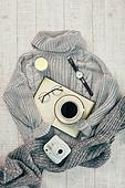 오브젝트 (묘사), 실내, 스튜디오촬영, 계절, 가을, 겨울, 크리스마스 (국경일), 니트천, 스웨터, 목도리, 책, 탑앵글, 뜨거움, 따뜻한옷, 인스턴트카메라 (카메라), 초, 촛불, 커피 (뜨거운음료), 아메리카노, 커피잔, 뜨거운음료, 시계, 손목시계