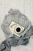 오브젝트 (묘사), 실내, 스튜디오촬영, 계절, 가을, 겨울, 크리스마스 (국경일), 니트천, 스웨터, 목도리, 책, 탑앵글, 뜨거움, 따뜻한옷, 인스턴트카메라 (카메라), 초, 촛불, 커피 (뜨거운음료), 아메리카노, 커피잔, 뜨거운음료