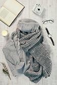 오브젝트 (묘사), 실내, 스튜디오촬영, 계절, 가을, 겨울, 크리스마스 (국경일), 니트천, 스웨터, 목도리, 탑앵글, 뜨거움, 따뜻한옷, 인스턴트카메라 (카메라), 안경, 시계, 손목시계, 책, 초, 촛불, 식물, 드라이플라워