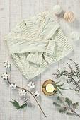오브젝트 (묘사), 실내, 스튜디오촬영, 계절, 가을, 겨울, 크리스마스 (국경일), 니트천, 스웨터, 목도리, 털실, 실뜨기, 실 (봉제도구), 탑앵글, 뜨거움, 따뜻한옷, 초, 촛불, 식물, 크리스마스오너먼트 (크리스마스데코레이션), 가디건 (상의), 잎 (식물부분), 솔방울, 목화, 목화솜