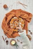 오브젝트 (묘사), 실내, 스튜디오촬영, 계절, 가을, 겨울, 크리스마스 (국경일), 니트천, 스웨터, 털실, 실뜨기, 실 (봉제도구), 탑앵글, 뜨거움, 따뜻한옷, 말린과일, 감귤류 (과일), 레몬, 라임 (감귤류), 오렌지, 촛불, 초, 계피, 접시, 차 (뜨거운음료), 레몬차, 사람손, 한국인, 동양인 (인종), 스마트폰, 휴대폰, 촬영, 카메라, 잡기 (물리적활동), 인스타그램, SNS (기술), 성인여자, 20-29세 (청년)