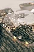 오브젝트 (묘사), 실내, 스튜디오촬영, 계절, 가을, 겨울, 크리스마스 (국경일), 니트천, 스웨터, 목도리, 뜨거움, 따뜻한옷, 전구 (전등빛), 크리스마스오너먼트