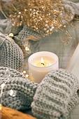 오브젝트 (묘사), 실내, 스튜디오촬영, 계절, 가을, 겨울, 크리스마스 (국경일), 니트천, 스웨터, 목도리, 뜨거움, 따뜻한옷, 전구 (전등빛), 초, 촛불, 식물, 잎 (식물부분)