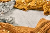 오브젝트 (묘사), 실내, 스튜디오촬영, 계절, 가을, 겨울, 크리스마스 (국경일), 니트천, 스웨터, 목도리, 뜨거움, 따뜻한옷, 전구 (전등빛), 백그라운드