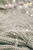 오브젝트 (묘사), 스튜디오촬영, 계절, 가을, 겨울, 크리스마스 (국경일), 니트천, 스웨터, 목도리, 전구 (전등빛), 백그라운드