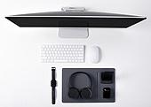 오브젝트 (묘사), 스튜디오촬영, 기계 (장비), 컴퓨터장비 (정보장비), 컴퓨터네트워크 (컴퓨터장비), 컴퓨터, 탑앵글, 컴퓨터키보드 (입력도구), 블루투스 (무선기술), 헤드폰 (오디오장비), 스마트워치, 데스크탑PC (개인용컴퓨터), 이어폰, 에어팟, 마우스패드, 스마트기기 (정보장비), 컴퓨터모니터 (컴퓨터), 마우스 (입력도구)