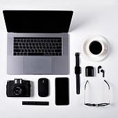 오브젝트 (묘사), 스튜디오촬영, 기계 (장비), 컴퓨터장비 (정보장비), 컴퓨터네트워크 (컴퓨터장비), 컴퓨터, 탑앵글, 컴퓨터키보드 (입력도구), 블루투스 (무선기술), 스마트폰, 스마트워치, 휴대폰, 노트북컴퓨터 (개인용컴퓨터), 커피 (뜨거운음료), 안경, 이어폰, 에어팟, 스마트기기 (정보장비), 커피잔, 뜨거운음료, 아메리카노, 컴퓨터모니터 (컴퓨터), 자 (측정도구), 카메라, 마우스 (입력도구)