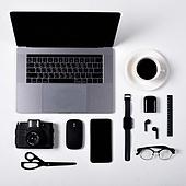 오브젝트 (묘사), 스튜디오촬영, 기계 (장비), 컴퓨터장비 (정보장비), 컴퓨터네트워크 (컴퓨터장비), 컴퓨터, 탑앵글, 컴퓨터키보드 (입력도구), 블루투스 (무선기술), 스마트폰, 스마트워치, 휴대폰, 노트북컴퓨터 (개인용컴퓨터), 커피 (뜨거운음료), 안경, 이어폰, 에어팟, 스마트기기 (정보장비), 커피잔, 뜨거운음료, 아메리카노, 컴퓨터모니터 (컴퓨터), 자 (측정도구), 카메라, 가위, 마우스 (입력도구)