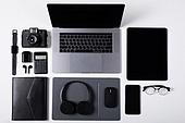 오브젝트 (묘사), 스튜디오촬영, 기계 (장비), 컴퓨터장비 (정보장비), 컴퓨터네트워크 (컴퓨터장비), 컴퓨터, 탑앵글, 컴퓨터키보드 (입력도구), 블루투스 (무선기술), 헤드폰 (오디오장비), 스마트폰, 스마트워치, 휴대폰, 노트북컴퓨터 (개인용컴퓨터), 안경, 다이어리, 이어폰, 에어팟, 디지털태블릿 (개인용컴퓨터), 아이패드, 마우스패드, 스마트기기 (정보장비), 컴퓨터모니터 (컴퓨터), 카메라, 계산기, 마우스 (입력도구)