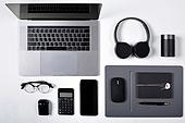오브젝트 (묘사), 스튜디오촬영, 기계 (장비), 컴퓨터장비 (정보장비), 컴퓨터네트워크 (컴퓨터장비), 컴퓨터, 탑앵글, 컴퓨터키보드 (입력도구), 블루투스 (무선기술), 인공지능스피커 (스피커), 헤드폰 (오디오장비), 스마트폰, 휴대폰, 노트북컴퓨터 (개인용컴퓨터), 안경, 다이어리, 이어폰, 에어팟, 마우스패드, 스마트기기 (정보장비), 컴퓨터모니터 (컴퓨터), 계산기, 펜 (필기구), 마우스 (입력도구)