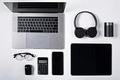 오브젝트 (묘사), 스튜디오촬영, 기계 (장비), 컴퓨터장비 (정보장비), 컴퓨터네트워크 (컴퓨터장비), 컴퓨터, 탑앵글, 컴퓨터키보드 (입력도구), 블루투스 (무선기술), 인공지능스피커 (스피커), 헤드폰 (오디오장비), 스마트폰, 휴대폰, 노트북컴퓨터 (개인용컴퓨터), 안경, 이어폰, 에어팟, 디지털태블릿 (개인용컴퓨터), 아이패드, 마우스패드, 스마트기기 (정보장비), 컴퓨터모니터 (컴퓨터), 계산기
