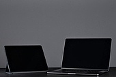 사람없음, 오브젝트 (묘사), 실내, 스튜디오촬영 (실내), 컴퓨터장비 (정보장비), 컴퓨터네트워크 (컴퓨터장비), 가전제품 (생활용품), 블루투스, 첨단기술 (기술), 노트북컴퓨터 (개인용컴퓨터), 컴퓨터키보드 (입력도구), 디지털태블릿 (개인용컴퓨터), 아이패드, 무선기술, 스마트기기 (정보장비)