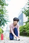 중년여자 (성인여자), 조깅 (운동), 운동, 건강한생활, 신발끈, 묶기, 미소