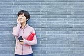중년여자 (성인여자), 조깅 (운동), 운동, 건강한생활, 미소, 휴식, 음악, 듣기 (감각사용)