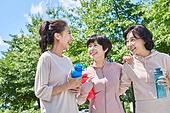 중년여자 (성인여자), 조깅 (운동), 운동, 건강한생활, 걷기 (물리적활동), 미소, 밝은표정, 함께함, 어깨동무