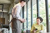 중년여자 (성인여자), 휴식, 카페, 모바일결제 (금융아이템)