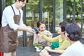 중년 (성인), 여성, 카페, 휴식, 함께함, 모바일결제 (금융아이템), 스마트폰